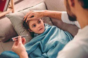 Pequeño niño con gripe