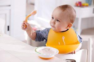 bebé disfrutando su alimentación nutritiva con papillas