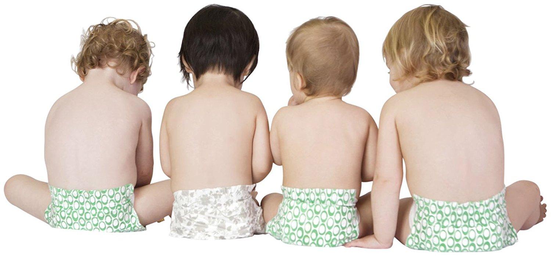 4 bebes utilizando pañales biodegradables color verde, el fondo es blanco.