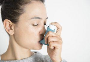 Mujer con inhalador de asma