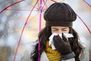 Chica con resfriado común