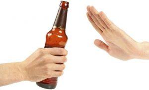 Hombre rechaza una cerveza