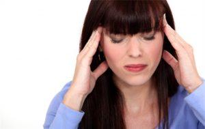 Mujer con dolor de cabeza por estrés