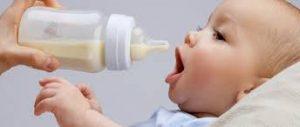 Bebé a punto de tomar su biberón