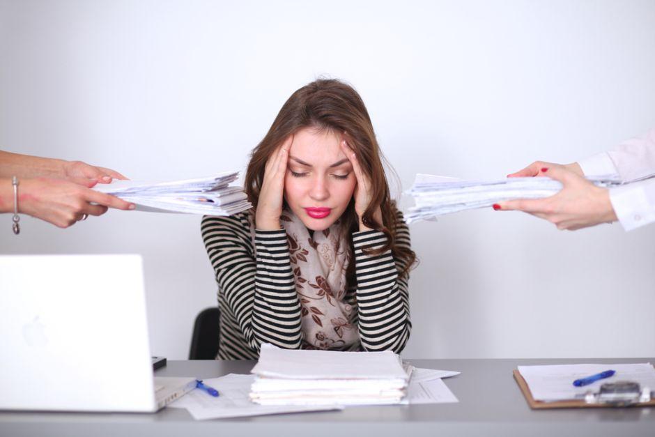 Chica con ansiedad en el trabajo