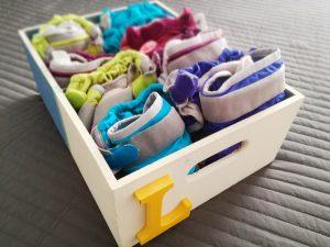 Pañales de tela en cajón de ropa limpia