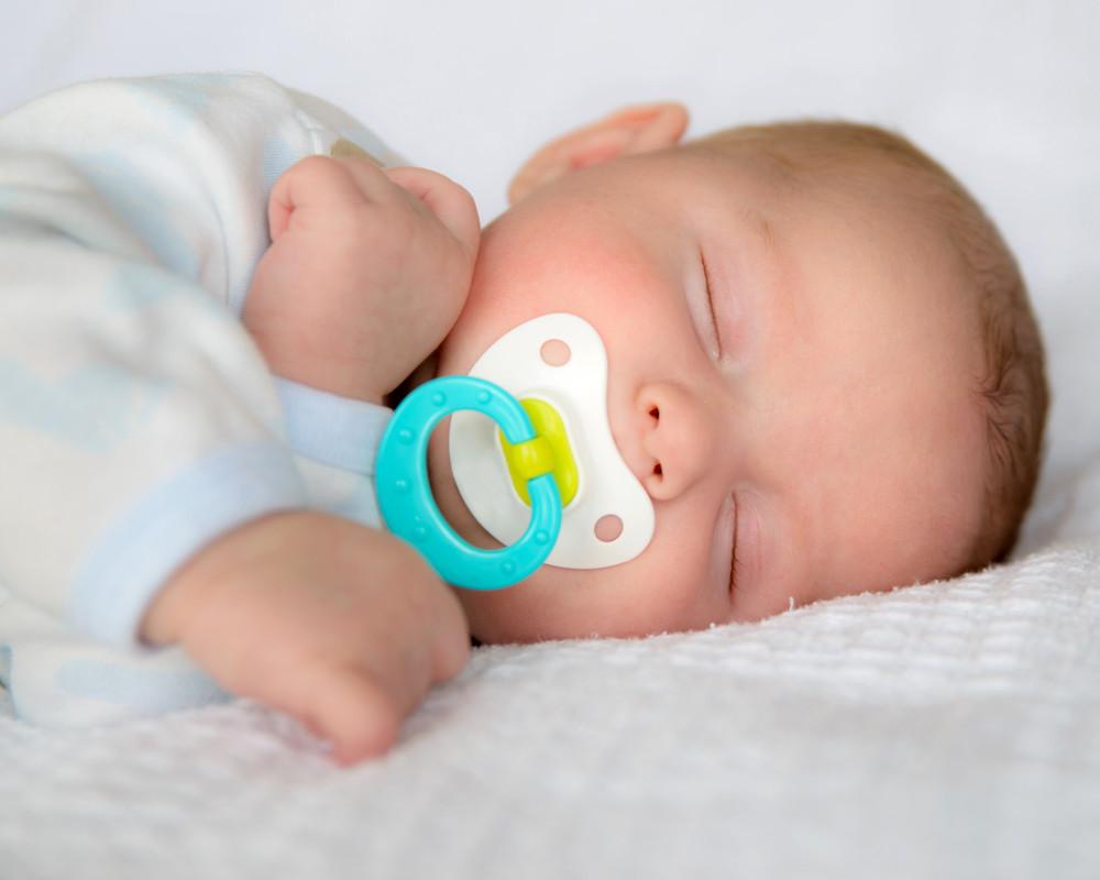 bebé con chupón durmiendo
