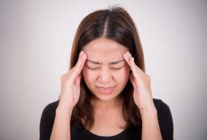 Chica con dolor de cabeza
