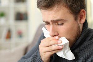 Hombre enfermo con pañuelo