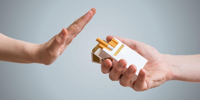 Hombre ofreciendo cigarros