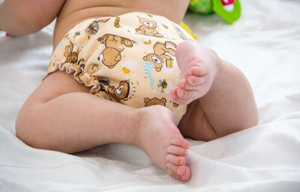 Bebé con pañal de tela