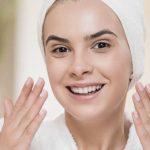Chica cuidando su piel