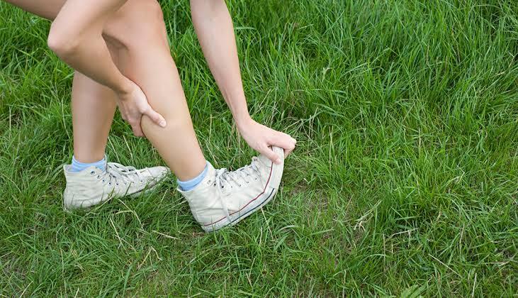 chica estirando sus piernas