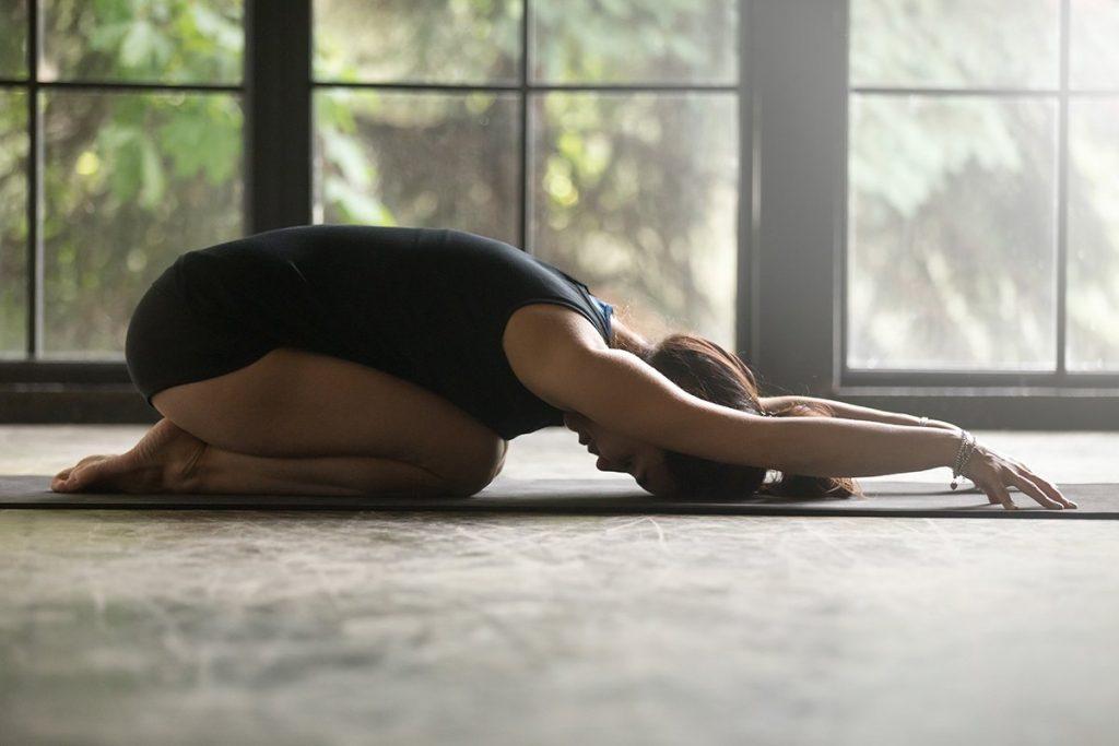 Chica en posición de yoga