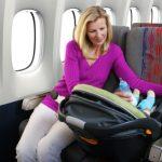 bebé viajando en avión