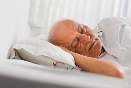 señor adulto durmiendo