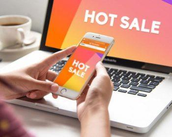 Chica viendo Hot Sale desde su celular y computadora