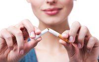 Chica rompiendo cigarro