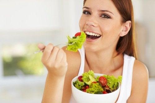 Mujer comiendo ensalada