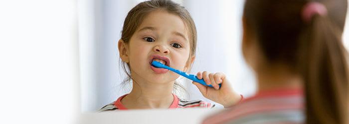 Niña cepillando sus dientes