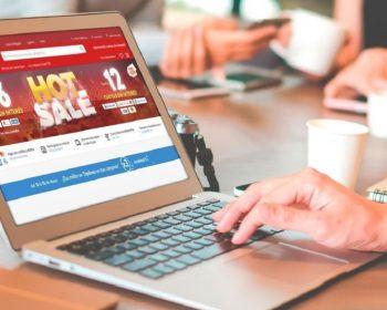 Persona viendo Hot Sale en su computadora