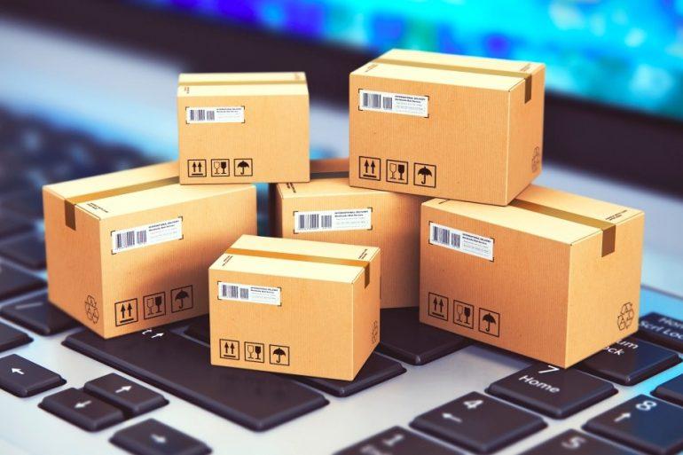 Cajitas de cartón sobre una laptop