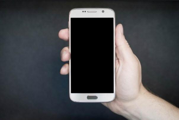 Mano con celular apagado