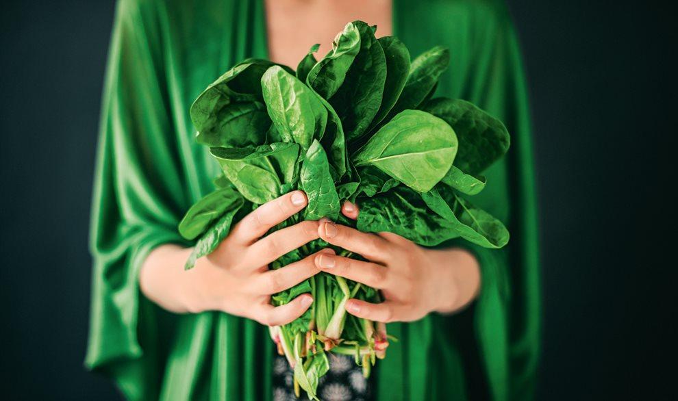 Chica con ramo de verdura