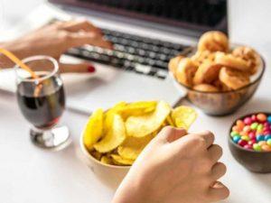 Chica con golosinas en su escritorio