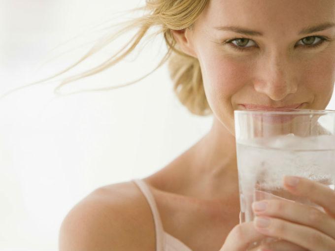 Chica con vaso de agua