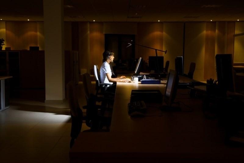 Chica trabajando en oficina nocturna