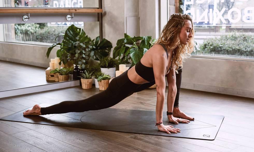 Chica haciendo yoga en casa