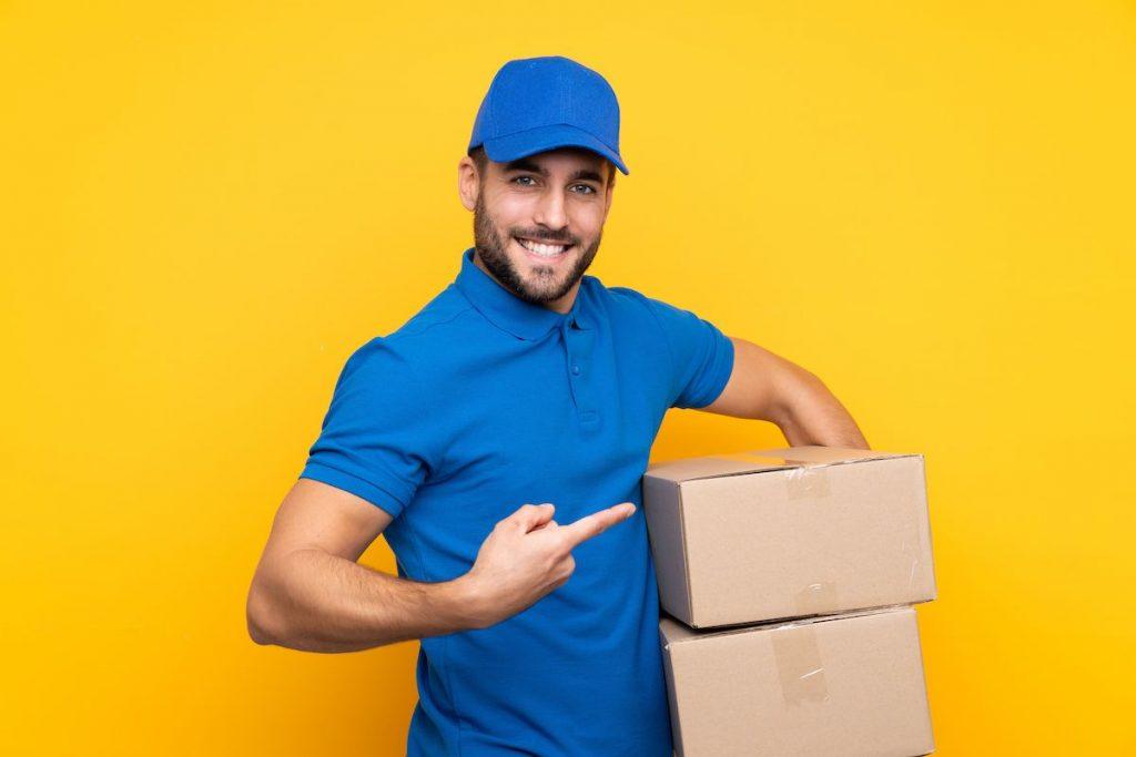 Chico con cajas de cartón