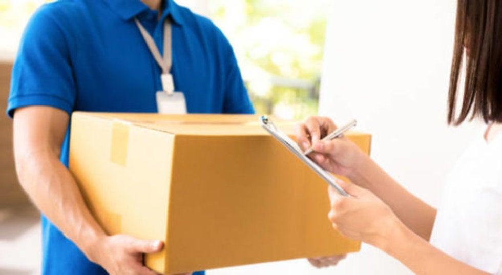 Persona haciendo entrega por paquetería
