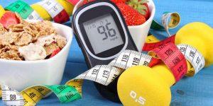 Glucómetro con comida y cinta métrica alrededor