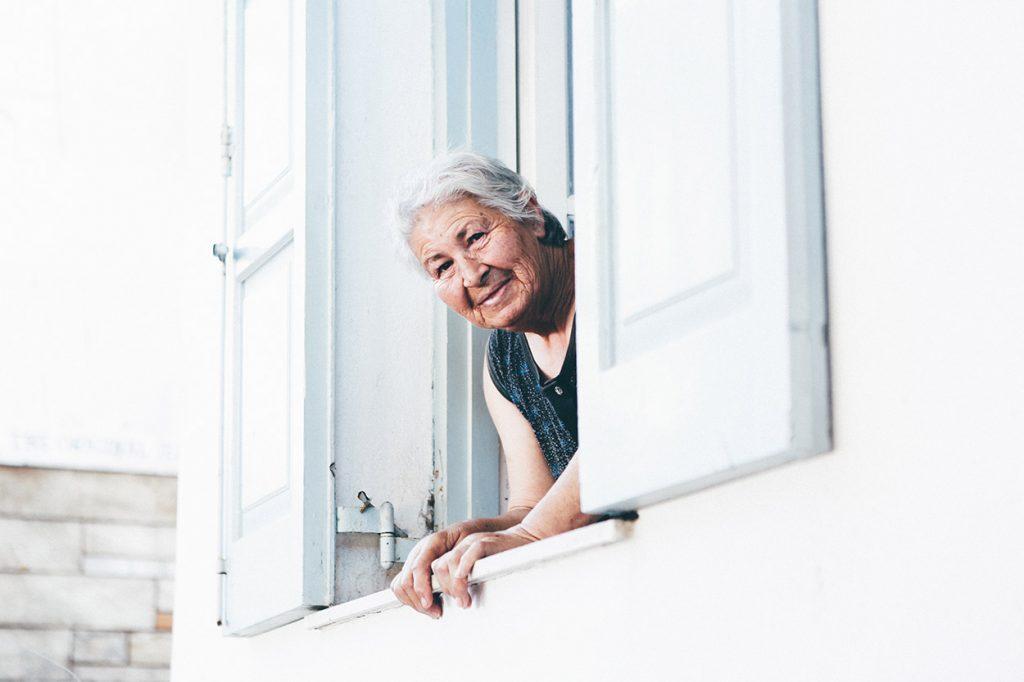 Mujer adulta en una ventana