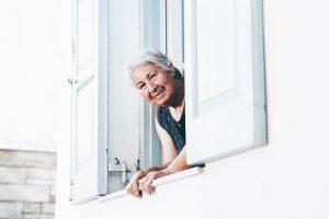 mujer-adulta-en-ventana