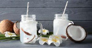 Agua de coco en vasos de vidrio