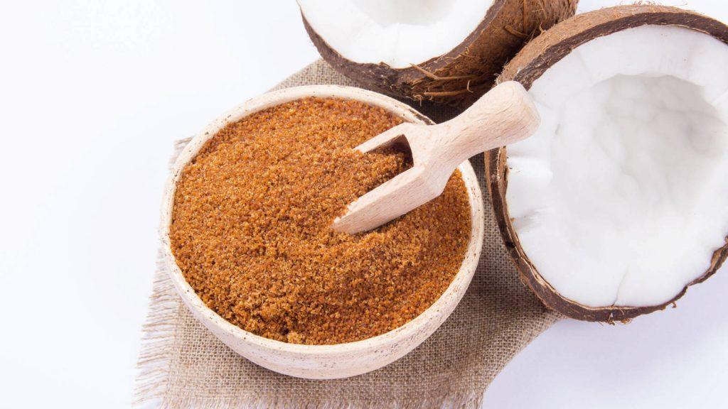 Azúcar de coco con una pala de madera