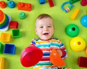 Bebé jugando con bloques