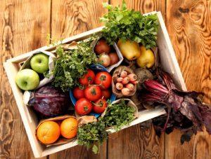 Alimentos orgánicos en una caja de madera