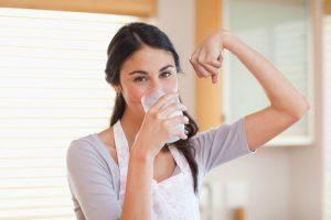 Chica tomando vaso con leche