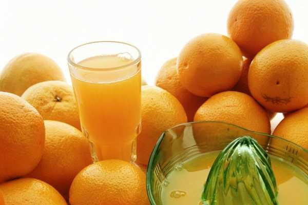 Naranjas y jugo en un vaso