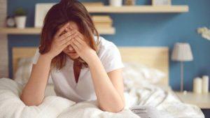 Chica en su cama con ansiedad
