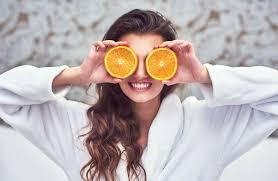 Chica con naranjas en los ojos