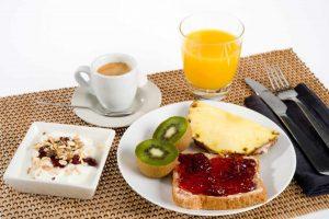 desayuno completo 300x200 - Tips para tener más energía en el día
