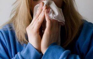Persona usando un pañuelo