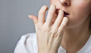 Mujer se come las uñas