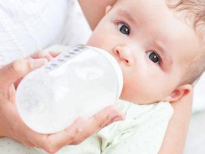 el biberón en los bebés