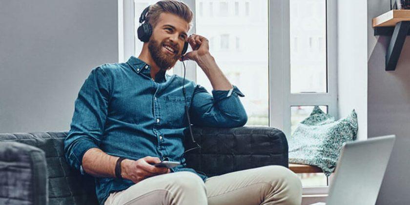 Hombre con audífonos escuchando música
